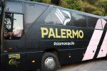 Il pullman del Palermo Calcio preso a sassate sul viale Giostra a Messina
