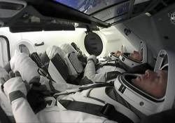 Space X, l'ingresso degli astronauti nel Crew Dragon 2: pronti al countdown L'equipaggio in posizione per il lancio da Cape Canaveral - LaPresse/AP