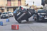 Incidente a Valdina, suv resta in bilico su due ruote sopra auto parcheggiata