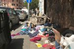 Messina, rifiuti e un motorino. Marciapiede completamente ostruito in via S. Marta