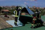 """Milazzo, il forte vento """"sradica"""" la copertura della piscina: intervengono i pompieri"""