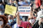"""Milano, migliaia alla manifestazione per il Ddl Zan: """"Votatelo!"""""""