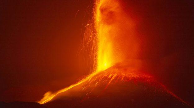 L'Etna continua a dar spettacolo: le foto dell'ultima eruzione