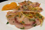 Il carpaccio di pesce spada con zeste di arancia, bergamotto e limone