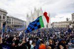 Apoteosi Inter e tripudio in Piazza Duomo. Scoppiano le polemiche sugli assembramenti