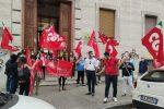 """Cosenza, protestano davanti all'Asp i 41 dipendenti """"ex obiettivo lavoro"""""""