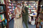 Festeggiano il matrimonio nella libreria in cui si sono conosciuti
