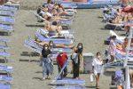 L'Italia tutta zona bianca dal 21 giugno con l'arrivo dell'estate. Forse via la mascherina all'aperto