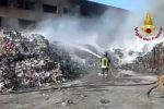 Rende, incendio distrugge la Calabra Maceri. Prosegue opera di spegnimento - VIDEO