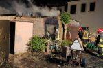 Corigliano Rossano, in fiamme due magazzini in contrada Fossa: panico tra i residenti