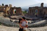 S'inginocchia e le offre l'anello. La romantica proposta di nozze nel Teatro Antico di Taormina - VIDEO
