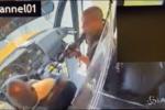 Usa, dirotta scuolabus con 18 studenti: le immagini choc delle telecamere di sicurezza