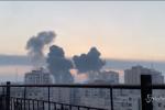 L'alba su Gaza tra colonne di fumo nero ed esplosioni