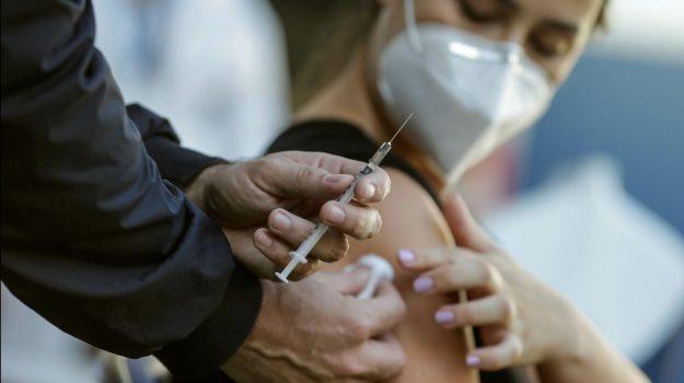 Vaccino Covid per gli over 40 da lunedì, Figliuolo dà il via libera alle Regioni