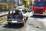 Messina, grande paura in via del Santo. Auto prende fuoco all'improvviso, illeso l'autista