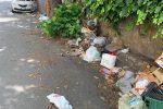 Messina, niente cassonetti? Rifiuti per strada in via Cadorna - FOTO