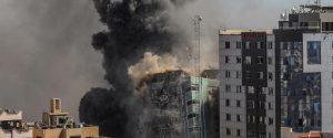"""Israele abbatte la """"torre dei giornalisti"""" a Gaza, ospitava anche al-Jazeera"""