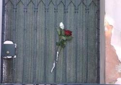 Battiato, fiori all'esterno della sua residenza di Milo Le immagini della villa dove il cantautore e morto - Ansa