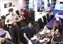 Boccone di traverso: il cameriere salva la vita di un cliente con la manovra di Heimlich L'incidente in un ristorante nel Regno Unito - Dalla Rete