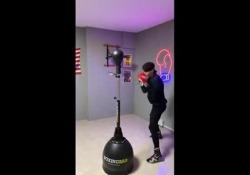 Boxe, non servono gli occhi: evita i colpi da bendato Lorenzo Massimi è un giovane pugile che sui social mostra i suoi particolari metodi di allenamento - Dalla Rete
