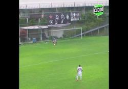Brasile, l'autogol inspiegabile: il portiere calcia nella sua porta Victor Darub del Botafogo under 17, squadra brasiliana, ha calciato nella propria porta senza nessun motivo - Dalla Rete