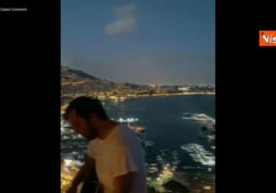 Cesare Cremonini canta da una terrazza a Napoli: «Stasera sei bellissima» Il cantante su Instagram dedica al Golfo partenopeo i versi della sua canzone «Poetica» - Agenzia Vista/Alexander Jakhnagiev