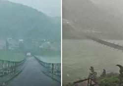 Cina, il ponte balla e oscilla spaventosamente per il violento temporale Meglio non guidare su questo ponte sospeso durante un violento temporale - CorriereTV