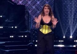 Cristina D'Avena si esibisce imitando Lady Gaga La cantante simbolo dei cartoni animati balla come la popstar americana - Corriere Tv