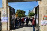 La protesta dei lavoratori del Sant'Anna Hospital davanti alla sede dell'Asp
