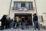 La protesta dei dipendenti del Sant'Anna Hospital davanti alla sede dell'Asp di Catanzaro