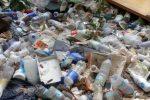 Catanzaro, cumuli di rifiuti e fogna a cielo aperto in Viale Isonzo 222