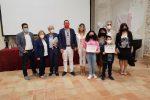 I bambini della scuola della frazione di Zambrone con la giuria al completo