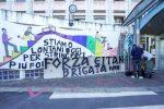 I tifosi della Juventus hanno appeso uno striscione per Eitan davanti al Regina Margherita, dove è ricoverato dopo l'incidente della funiva Stresa-Mottarone.