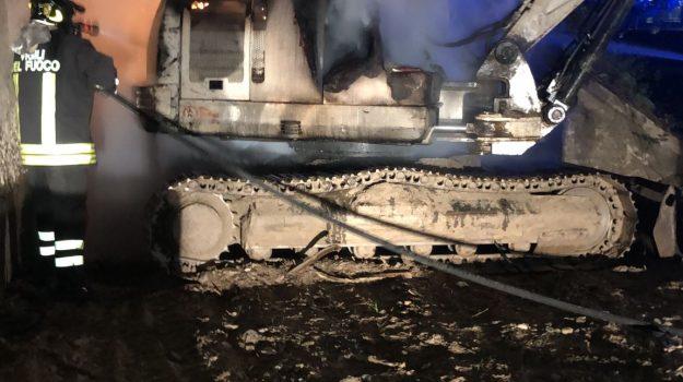 auto in fiamme, escavatore in fiamme, rossano, Cosenza, Cronaca