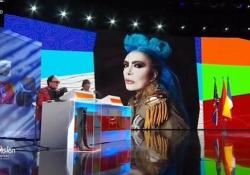"""Eurovision 2021, la gag di Malgioglio con Loredana Bertè in diretta tv L'artista è intervenuta telefonicamente durante il festival: """"Quelle dell'Azerbaigian sono scappate di casa"""" - Ansa"""