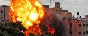 Scia di bombe e sangue su Gaza, Israele ha colpito la casa del capo di Hamas