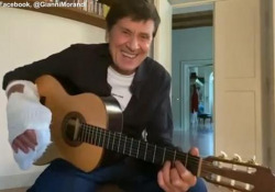 Gianni Morandi torna a suonare dopo l'incidente, sulle note di Battisti Il cantante riprende in mano la chitarra dopo il brutto infortunio - Ansa