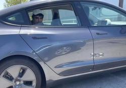 Guidare una Tesla dal sedile posteriore? Non sempre una buona idea Il video di questo automobilista è stato ripreso su una strada di San Francisco. La polizia vuole vederci chiaro - CorriereTV