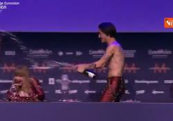 I Måneskin si innaffiano di champagne durante la conferenza stampa dopo la vittoria all'Eurovision La festa «esagerata» del gruppo - Agenzia Vista/Alexander Jakhnagiev
