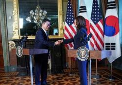 Kamala Harris si pulisce la mano dopo l'incontro col presidente della Corea del Sud La scena alla Casa Bianca dopo la conferenza stampa non è passata inosservata - CorriereTV
