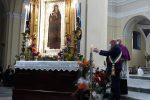 Il sindaco di Crotone Vincenzo Voce accende il cero votivo alla Madonna di Capo Colonna