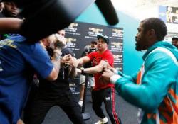 La rissa tra Floyd Mayweather e lo youtuber Jake Paul Lo youtuber Jake Paul ruba il cappello al campione di boxe e scatena una rissa da cui esce con un occhio nero - CorriereTV