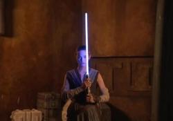 La spada laser creata da Disney Si illumina ed è retrattile, proprio come quella della saga di Star Wars - Corriere Tv