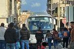 Litigano violentemente a Lamezia e lui rischia di finire sotto l'autobus - FOTO
