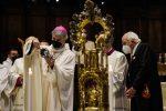 """E dopo 24 ore di preghiere San Gennaro fa il """"miracolo"""": il sangue si scioglie. Gioia a Napoli"""