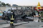Furgone in fiamme nel centro commerciale di Montepaone Lido