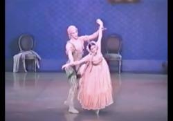 Morta Carla Fracci, sul palco con Roberto Bolle nel 1998 I due ballano «Le Spectre de la rose». L'esibizione delle due étoile al Tokyo Summer Music Festival nel 1998 - Corriere Tv