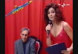 Morto Franco Battiato, l'ironia di Paola Cortellesi Lo sketch del 2002 su Rai 1 durante «Uno di noi» - Corriere Tv