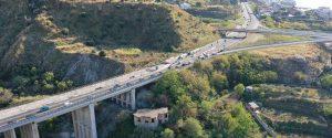 Una veduta aerea dell'ingresso di Reggio dall'autostrada con il porto sullo sfondo