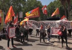 Scuola, Cobas, precari e studenti uniti da un unico grido: «Ministro rispondi» La protesta si è tenuta sotto il ministero dell'Istruzione a Roma - Ansa